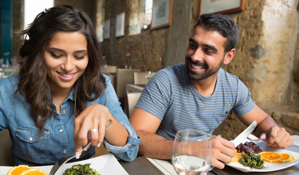 eating_couple_dining-out-food-safety_illness