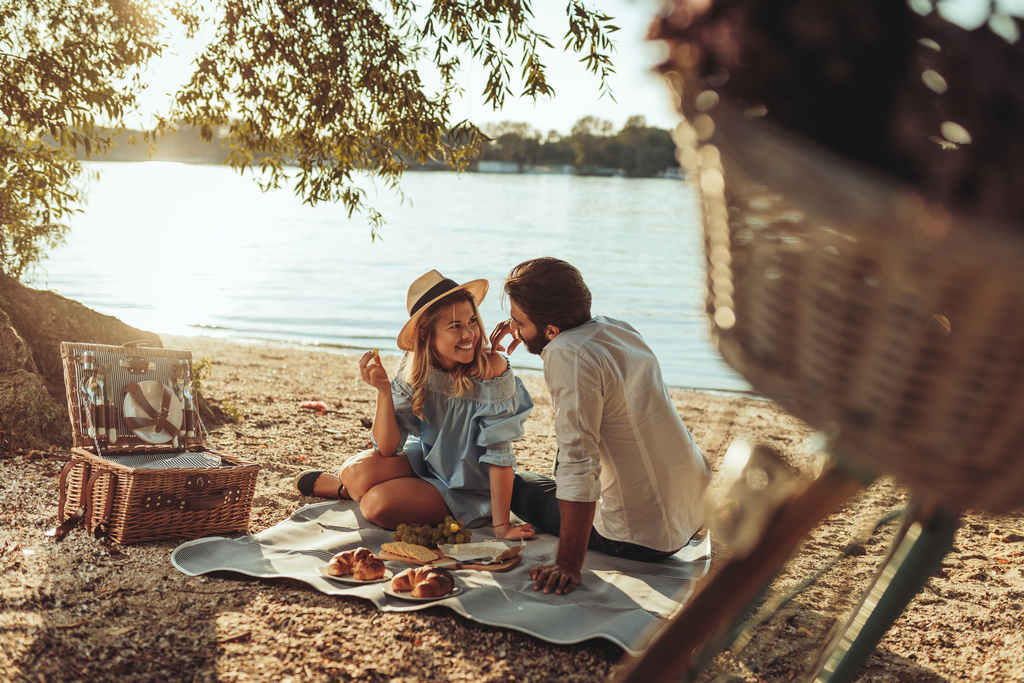 picnic_eating_outdoors_food_safety_illness
